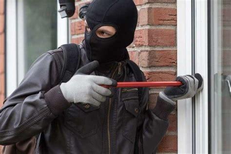 settala vicino  casa mette  ladri  fuga cronaca
