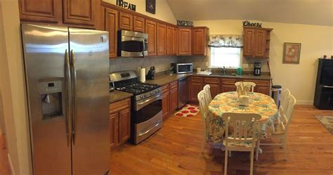 3 Bedroom 2 Bath Apartment With Free Parkin...