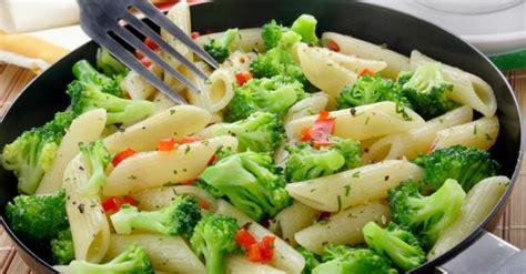 recette de pates aux brocolis recette de p 226 tes aux brocolis et poivrons rouges