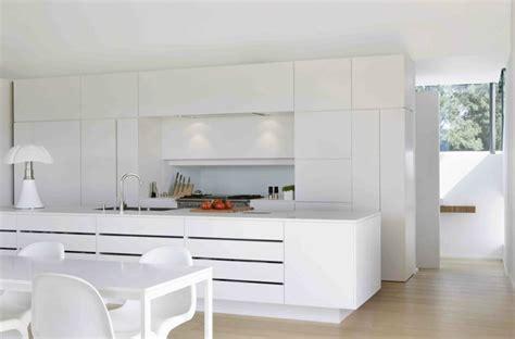 cuisines blanches design cuisine blanche design avec ilot de cuisine équipé d 39 un évier
