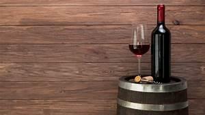 Weinglas Auf Flasche : weinglas und flasche auf einem fass kostenlose foto ~ Watch28wear.com Haus und Dekorationen