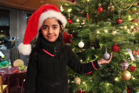 dilemma unterm weihnachtsbaum wie gehen eltern verschiedener kulturen mit dem christlichen