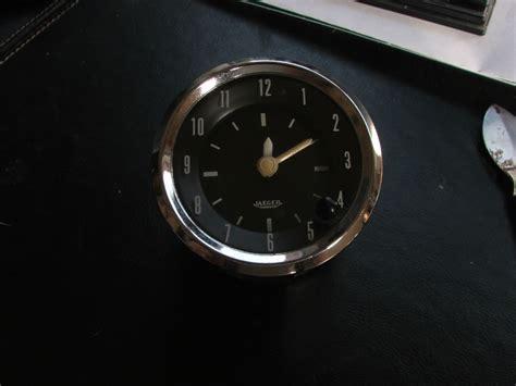 montre de bureau une horloge jaeger de voiture chinée en brocante