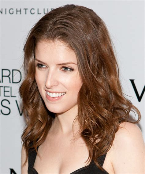 anna kendrick long wavy casual hairstyle light brunette