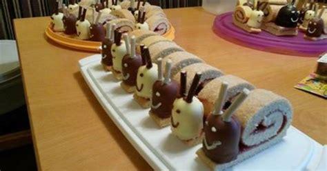 torten für kindergeburtstag zum selbermachen schneckenrouladen mit dickman s und mikado s gesicht mit schokoglasur stift kindergeburtstag