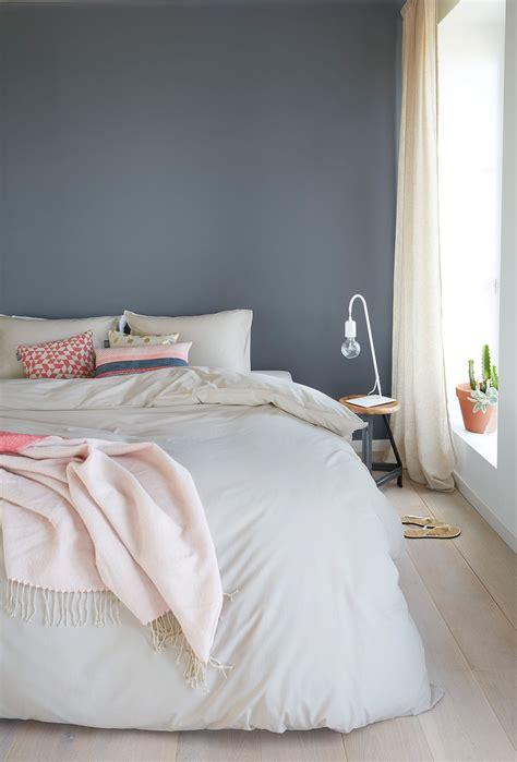 ein huebsches blau grau als wandfarbe im schlafzimmer www