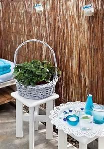 Balkongestaltung Kleiner Balkon : kleiner balkon palettensofa sichtschutz bambusmatte gl ser kerzen mediteran wohnen balkon ~ Orissabook.com Haus und Dekorationen