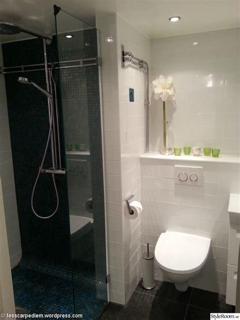 hylla badrum tidlst vitt kakel p vggarna och kalksten p