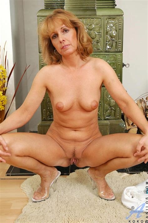 Horny Anilos Cougar Koko Plunges A Golden Vibrator In And