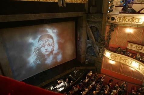劇場内 - Picture of Queen's Theatre, London - TripAdvisor