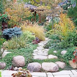 Weggestaltung Im Garten : mit steinplatten den gartenweg anlegen 20 gestaltungsideen ~ Yasmunasinghe.com Haus und Dekorationen