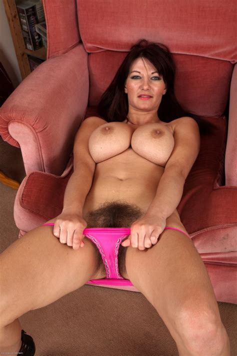 Amateur Milf Makes Her Hairy