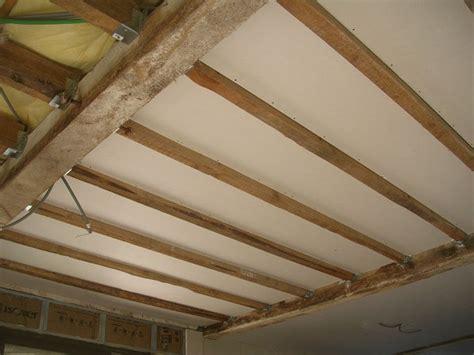isolation plafond entre poutres apparentes plafond salon a la boh 232 me r 233 novation d une grange