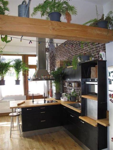 cuisine atypique cuisine noir et bois mur de brique espaces atypiques