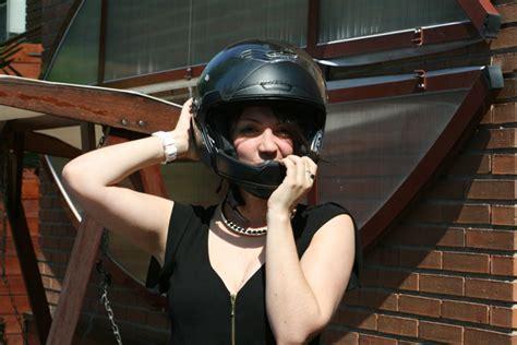 el drama de ir en moto llevar caso  tener el pelo bien