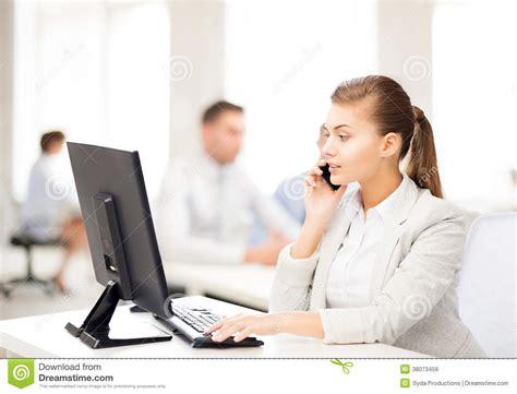 affaires de bureau femme d 39 affaires avec le smartphone dans le bureau images
