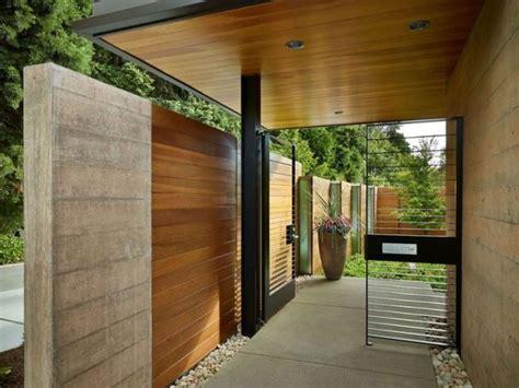 Hauseingang Modern by Hauseingang Zaun System Modern Betonwand Holz Verkleidung