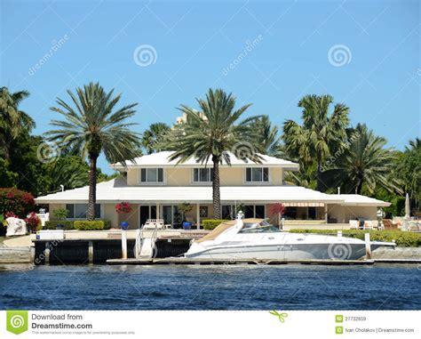 maison au bord de la mer maison de luxe de bord de mer images libres de droits image 27732659