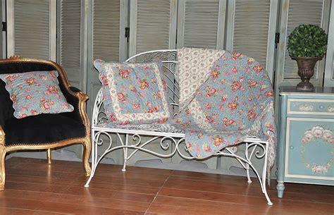 boutis canapé jeté de canapé en boutis bleu roses anglaises demeure et