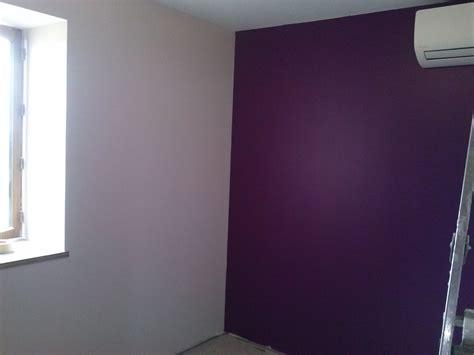 renovation chambre adulte peinture de la chambre 2 murs violet prune et 2 murs en