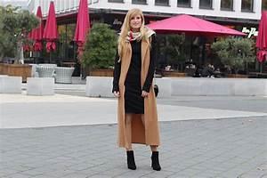 Kleid Stiefeletten Kombinieren : langer rmelloser mantel in caramel mit pilotenkleid brinis fashionbook ~ Frokenaadalensverden.com Haus und Dekorationen