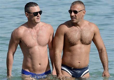 tomhopper bikini el actor luke evans musculado y con speedos en la playa