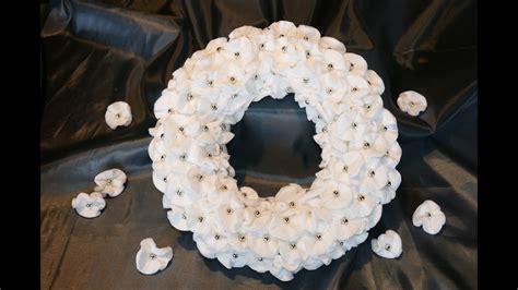 kranz aus kiefernzapfen basteln anleitung kranz basteln aus wattepads und perlen einfach