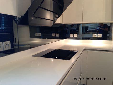 cuisine blanche plan de travail gris crédence en miroir