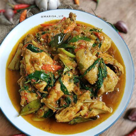 Kunyit, jahe, serai, cabai merah, bawang putih. Resep Ayam Rica-Rica Pedas Kemangi, Bikin Tubuh Hangat Kala H...
