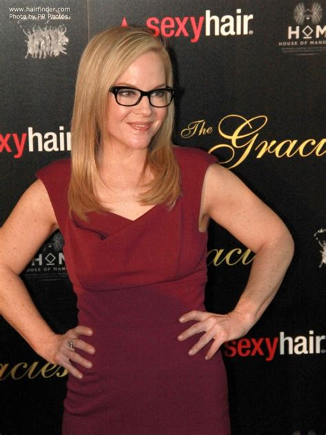 rachael harris wearing  hair  shoulder length