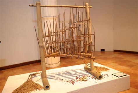 Angklung merupakan alat musik tradisional bernada ganda (multitonal) yang pada awalnya berkembang di masyarakat sunda bagian pulau jawa di sebelah barat. Alat Musik Tradisional Beserta Gambar dan Penjelasannya | Perpustakaan.id