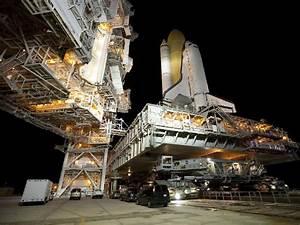 NASA - Crawler Carries Shuttle to 39A