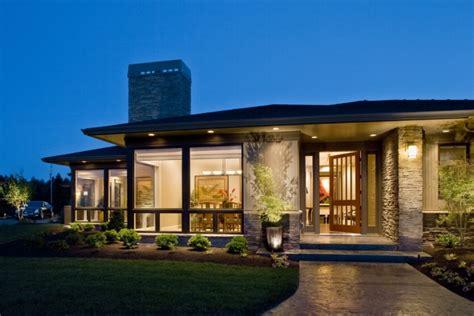 farmhouse style homes contemporary prairie style home der moderne bungalow für angenehmen wohnkomfort