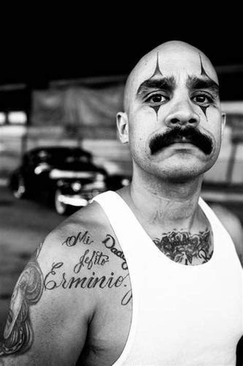 Rascal der Whittier Deadend Locos Gang posiert vor einem