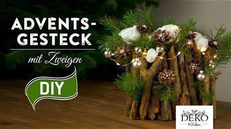 weihnachtsdeko für draussen selber basteln weihnachtsdeko basteln adventsgesteck mit zweigen how to deko kitchen