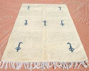 Teppich Aus Schafwolle : beiger wollteppich mit blauen symbolen berber teppich berberteppich marokkanischer teppich ~ Markanthonyermac.com Haus und Dekorationen