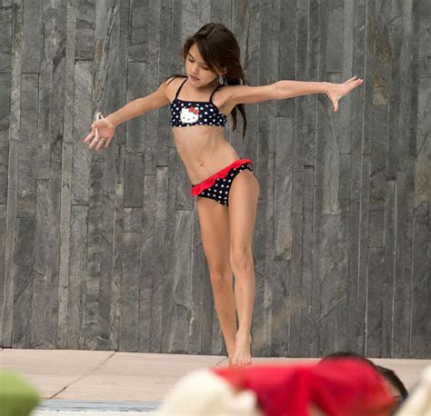 Katie Holmes Is A Yummy Mummy In A Hot Pink Bikini While On Holiday With Suri Cruise Daily Star