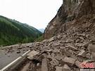 新疆发生6.6级地震 新源县一处公路塌方-中新网