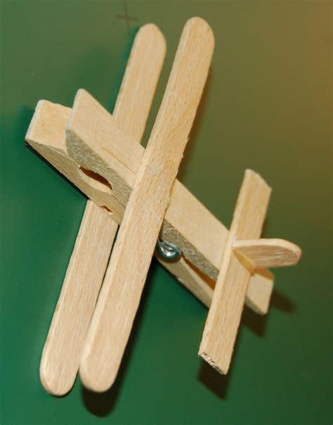 objet en pince a linge en bois avion en pince 224 linge et b 226 ton d esquimaux f 234 te des p 232 res arts visuels le