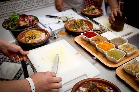 un cour de cuisine le tigmiza est parfait pour vos vacances riad