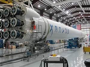 従来の3倍のエンジンブースターを装備した商業用ロケット「Falcon Heavy」が1年以内に打ち上げ予定 ...