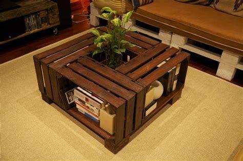 Mesa hecha con cajas de fruta recicladas / Table made with