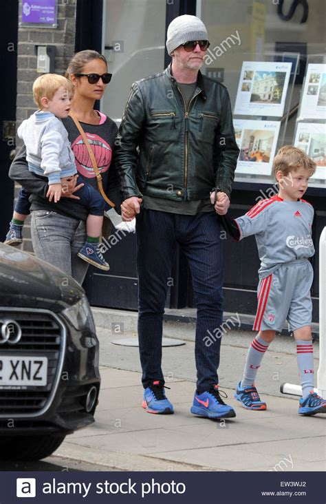 foto de Chris Evans out and about in Primrose Hill with Natasha