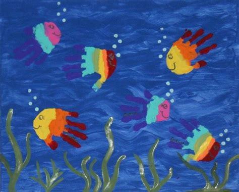 bastelideen sommer kindergarten handabdruck bilder kinder fische sommer regenbogen farben malen handabdruck bilder fisch