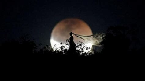 Hukum, tata cara dan niat shalat gerhana bulan. Lafadz Niat Shalat Gerhana Bulan Saat Gerhana Bulan Penumbra pada 11 Januari 2020, Cek Video ...