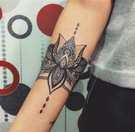 tatuaggio fiori sulla spalla fiore di loto significato come tatuaggio sulla spalla di