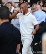 放飛自我!威爾-史密斯離開某節目現場,他穿一身白色休閒裝,拎著黑色布袋走路歡脫,手握黑筆簽名 ...
