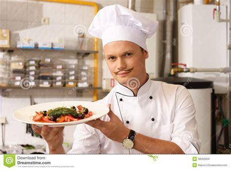 le chef cuisine chef sur la cuisine dans le restaurant images stock