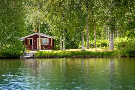 chalet au bord du lac en finlande rurale photo 53980341