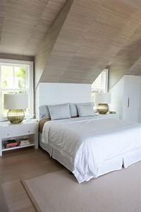 Schlafzimmer Dachschräge Gestalten : schlafzimmer mit dachschr ge verkleidet in laminat holzpaneelen moderne tischlampen home ~ Eleganceandgraceweddings.com Haus und Dekorationen
